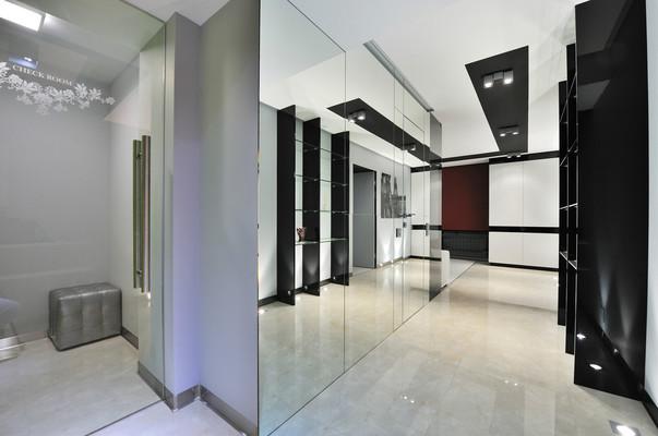 Интерьер квартиры с белыми полами