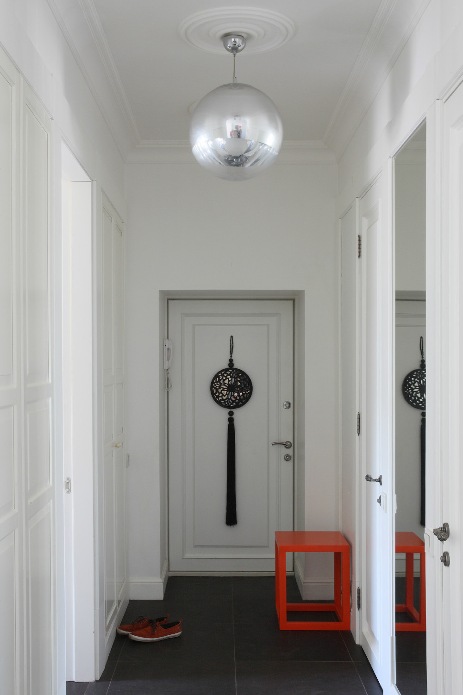 Белые двери и темный пол в интерьере