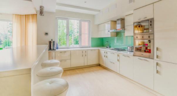 сочетание цвета в интерьере кухни чёрная и белая кухня