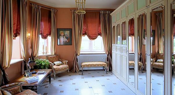 Красивая ткань для штор красного цвета