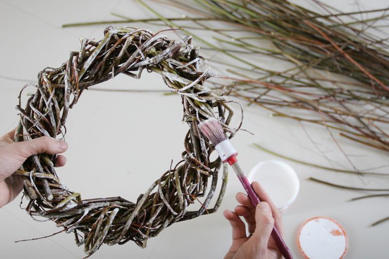 Новогодние венки из веток своими руками фото