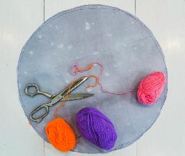 Как сделать декоративный пушистый коврик из помпонов