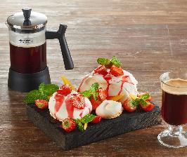 Röndell готовит кофе в дизайнерском френч-прессе