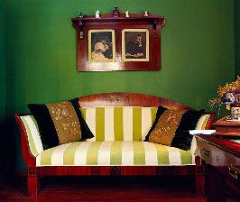 Светлая мебель + яркие стены