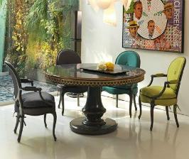 Разные стулья вокруг стола