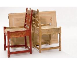 Обновляем стулья кистью и краской