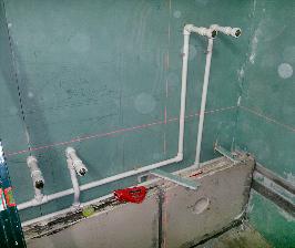 Шаг 12. Разводим трубы ГВС в ванной