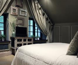 Что можно расположить напротив кровати: 12 идей