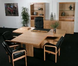 Dyrlund усаживает за стол переговоров