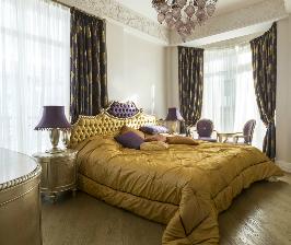 Вальяжный интерьер спальни с высоким скошенным потолком: дизайнер Наталья Медведева