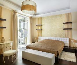 Спальня с ванильно-сливочной отделкой и яркой лоджией: дизайнер Екатерина Мачнева