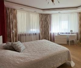 Спальня с большими окнами: дизайнер Ольга Савенкова