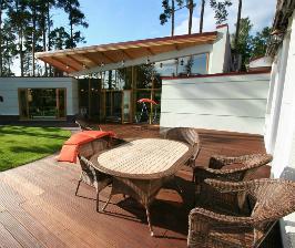 Терраса, объединяющая дом и бассейн: дизайнер Михаил Ченцов