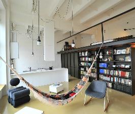 Лофт на бывшей фабрике с гамаком и балкончиком: дизайнеры Дмитрий Кудин, Лаура Малцайте