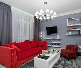 Гостиная с красным диваном: дизайнер Алеся Сахно