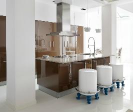 Бело-коричневая кухня: дизайнеры Зина Броян, Инна Теджоева