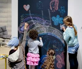 Oikos учит рисовать мелом на стенах