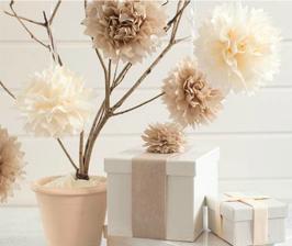 Нежный декор к празднику: цветы из папиросной бумаги за 5 минут