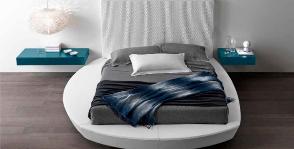 Кровать-подиум в интерьере: как выбрать и что учесть