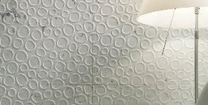 Стена из мрамора «в кружочек»