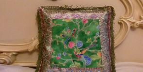 Интерьерная подушка в стиле шинуазри
