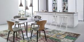 Куда поставить стол на кухне, если выбор все же есть