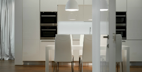 Квартира со стеклянным фартуком для кухни и светильником одновременно: дизайнер Александр Томашенко