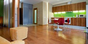 Бюджетная отделка квартиры студии: 60 метров с яркой кухней