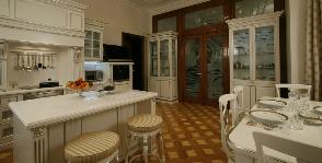 Белая кухня в деревянном доме: дизайнер Андрей Проценко