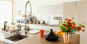 Светлая кухня в доме: дизайнер Константин Абрамов