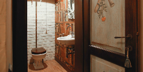 Маленький санузел с «книжным шкафом»: дизайнер Мария Остроумова