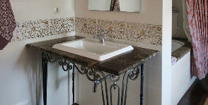 Ванная комната с коваными элементами: дизайнер Елена Лушкина