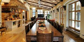 Историческое оформление столовой комнаты: дизайнер Егор Серов