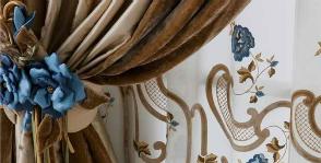 Chicca Orlando вышивает на шторах
