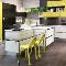 Нескучный обед: яркие стулья в интерьере современной кухни